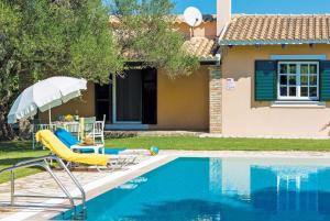 Het zwembad bij of vlak bij Acharavi Villa Sleeps 4 Air Con WiFi