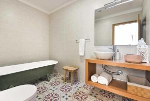 A bathroom at Calheiros Villa Sleeps 8 Air Con WiFi