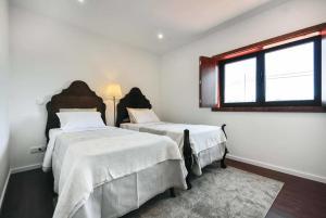 A bed or beds in a room at Cruzeiro Villa Sleeps 8 Air Con WiFi