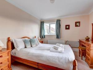 A bed or beds in a room at Elterwater Villa Sleeps 10 WiFi