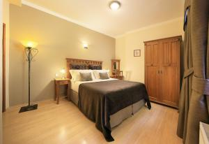 A bed or beds in a room at Castle View Apartments