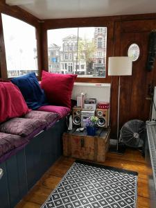 A seating area at Waterloo square river vieuw houseboat
