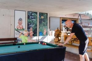A pool table at Knappensteig Appartements
