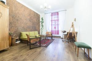 Гостиная зона в Spacious Vintage Apartment in Coolest Hipster District by easyBNB