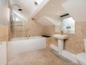A bathroom at Bodlawen, Corwen