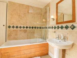 A bathroom at Greendown Farmhouse, Umberleigh
