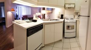 A kitchen or kitchenette at Glen Grove - Conservatory Tower