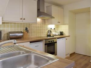 A kitchen or kitchenette at Madog