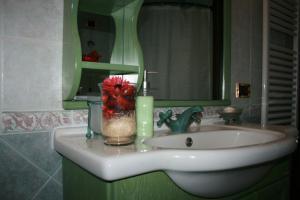 A bathroom at Brucoli Bay