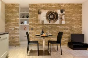 A restaurant or other place to eat at Farringdon Serviced Apartments