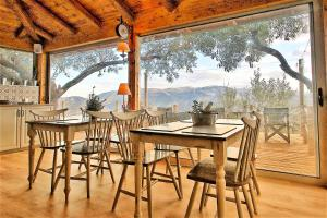 Almond House Suites Arachova tesisinde bir restoran veya yemek mekanı