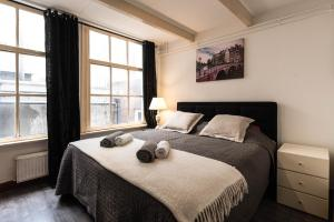 A bed or beds in a room at City Heart Station Amsterdam