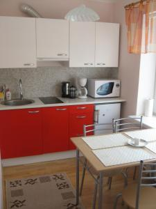 A kitchen or kitchenette at Kuninga Apartment