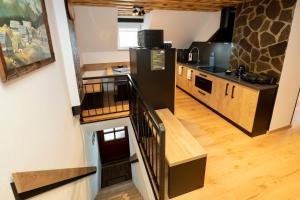 Кухня или мини-кухня в Apartments Alp