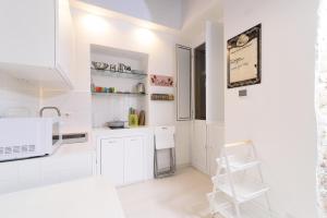 A kitchen or kitchenette at White Ostilia Apartments