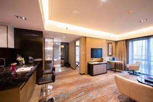 A television and/or entertainment center at Howard Johnson Jinghope Serviced Residence Suzhou