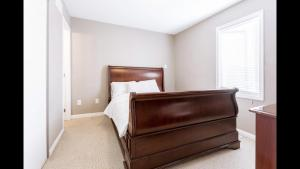 A bed or beds in a room at Beautiful townhome in the capital