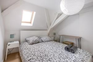 A bed or beds in a room at Coeur de Lille - cosy appartement 4