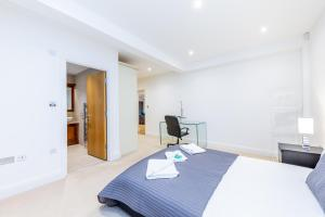 A bed or beds in a room at Lux Apartment near Big Ben by City Stay London