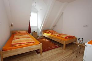 A bed or beds in a room at Haus zum Marstall