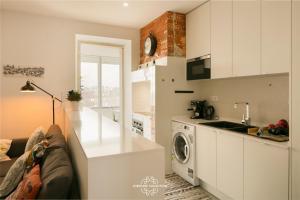 A kitchen or kitchenette at Penha de França Trendy Duplex with terrace 74 by Lisbonne Collection