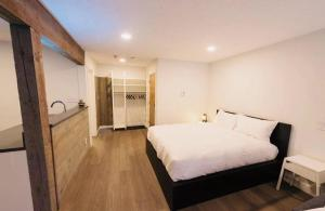 A bed or beds in a room at Whistler Placid apartment