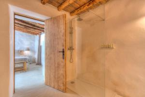 A bathroom at Can Quince de Balafia