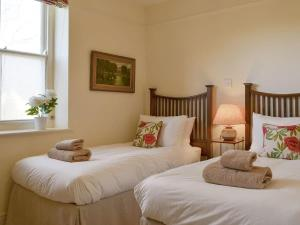 A bed or beds in a room at Bluebell Cottage