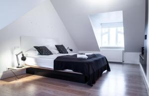 A bed or beds in a room at Luna Apartments - Laugavegur 37