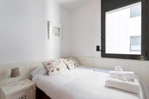 A bed or beds in a room at Barcelona BS Beach Olympic Apartments