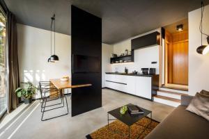 Kuhinja oz. manjša kuhinja v nastanitvi Marbera Flora Green Villas