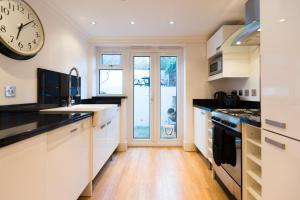 A kitchen or kitchenette at Cosy 2 Bedroom Apartment near Camden Town