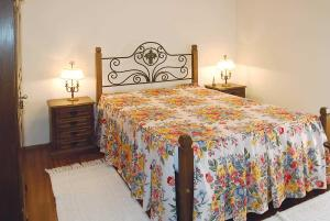 A bed or beds in a room at Cardais Villa Sleeps 4 WiFi