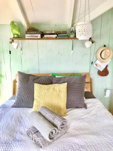 Een bed of bedden in een kamer bij Juffertje in het groen