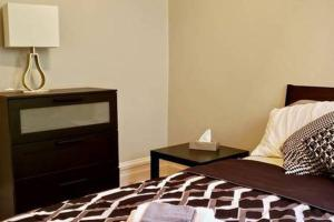 A bed or beds in a room at G4 · Byward Market 2BD Cozy & Stylish Apartment (G4)