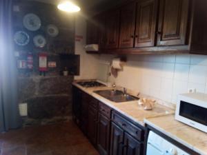 A kitchen or kitchenette at Casa do Lagar