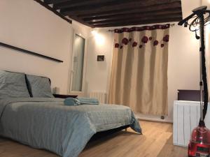 Un ou plusieurs lits dans un hébergement de l'établissement paris romantique