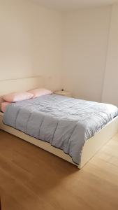 A bed or beds in a room at Piso bien comunicado 23 min Sol 15 min Atocha