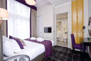 A bed or beds in a room at Destiny Scotland Charlotte Square Apartments