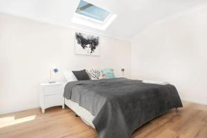 A bed or beds in a room at Riverwood Bright 3 Bedroom House with Parking