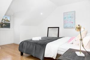 A bed or beds in a room at Rozelle Stylish& Luxury 4 Bedroom House