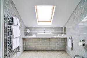 Kupatilo u objektu George St Apartments by BNBbuddy