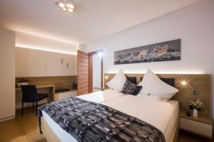 A bed or beds in a room at Bellaire Tirol