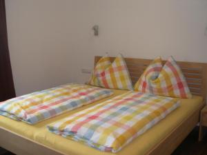 A bed or beds in a room at Ferienwohnung Fritz