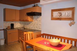 A kitchen or kitchenette at Ferienhaus Höll