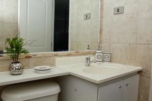 Un baño de Go Santiago Apartments