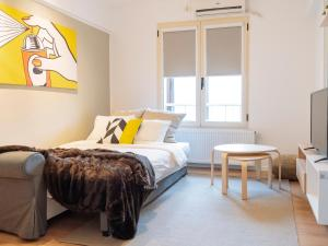 A bed or beds in a room at Pop Art Flat - Bright 2BR near the Old Town