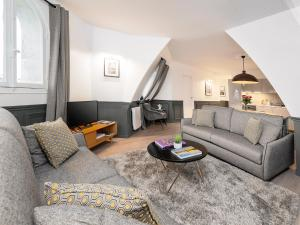 A seating area at THE RESIDENCE - LUXURY 2 BEDROOM APARTMENT MONTORGUEIL
