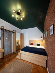 A bed or beds in a room at Old Town Courtyard Apartment with private parking