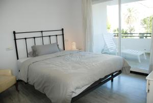A bed or beds in a room at Excellent Location Lovely Puerto Banus Apartment